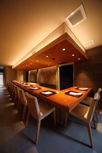 色んなジャンルの料理にチャレンジできるようにするため、マホガニーの一枚板のカウンターを採用
