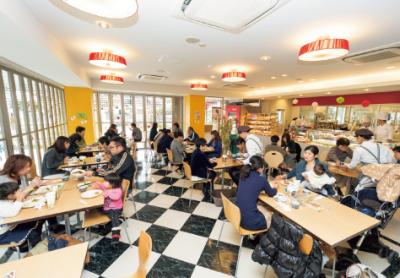 ◆月8日以上休み◆学生が運営するカフェレストランでホールスタッフとして働こう!寮があるから、遠方の方も安心です◎賞与年2回◎家族手当あり◎