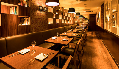 オシャレな店内で、本格イタリアンやスペイン料理を提供。ワインやカクテルも豊富です。