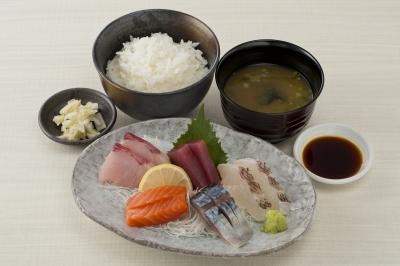 西新宿の「魚人食堂」は海鮮丼、お刺身・焼魚定食、揚げ物、煮物など魚料理がメイン。