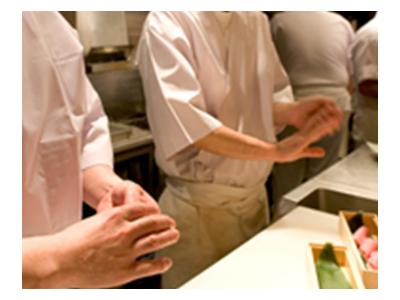 地元の新鮮な食材を使った郷土料理に携わりながら、調理スキルやノウハウを身につけましょう