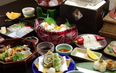 調理スタッフ(煮方・焼き方)になれば月給30万円~。先輩スタッフが和食の基本から丁寧に教えます◎