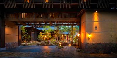 重厚な會門をくぐると、そこは伝統とモダンが融合した古き良きノスタルジックな旅館が。