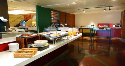 朝食ビュッフェやランチプレートなど、和洋さまざまなメニューを提供しています