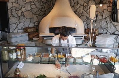特注の本格窯でピザを焼き上げる職人として、経験や技術をフルに発揮しながらさらなるスキルアップを!