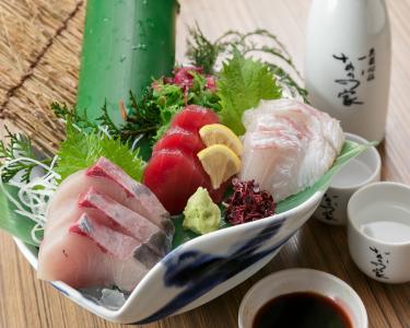 多くのお客様が驚かれる、鮮度の高さが自慢のお造り。魚のさばき方もしっかり指導します。