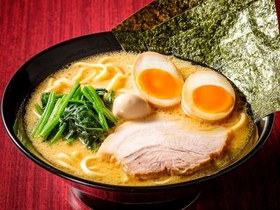 """「豚骨醤油ベース」のスープに、ストレートの中太麺。これぞ""""横浜家系ラーメン""""!"""