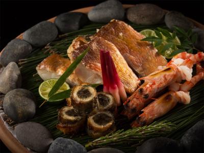 料理人が心を込めてつくった料理をお客様のもとへお届け。