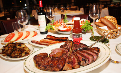 厳選された肉を28日間熟成し、高温で一気に焼き上げるステーキのおいしさは、世界中のグルメも絶賛◎