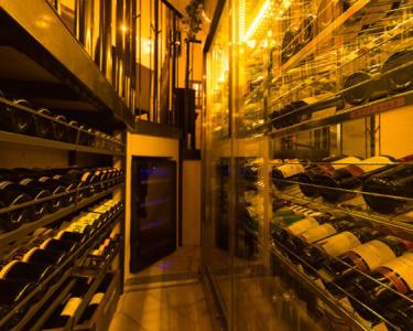 常時50種以上のワインが並ぶ自慢のワインセラー。自然と知識が深まります。