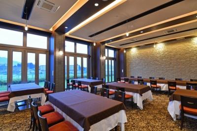 明るいレストランで、ランチからディナーまでお楽しみいただいています。