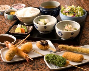 ランチの定食、ディナーのコース料理も人気です