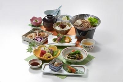 季節の食材を贅沢に活かした会席料理です。