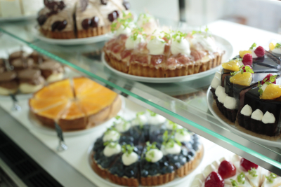 狭山のカフェ業態では、パティシエ手作りのオリジナルケーキも提供しています。