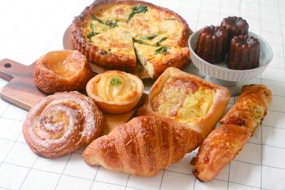 定番の人気商品だけでなく、多彩なパンがお店に並びます。写真はフランスフェアのパン。