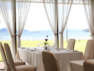 海とガーデンを眺めながら食事を楽しめるレストランが人気です◎