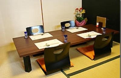 料理長が毎日厳選している旬の食材を使った会席でおもてなし。※画像は既存店の個室