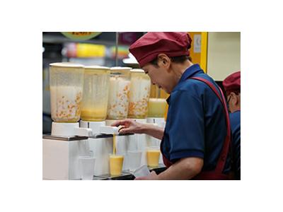 なみなみと注がれる生ジュースは、今や大阪名物。たくさんのお客様に愛されているお店です。