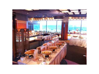 ホテル最上階の「天空レストラン 銀河鉄道」。雄大な奥武蔵の風景もごちそうです