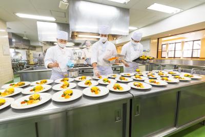 数百食単位での大量製造も実施。学食運営を通じ実力を高めます。
