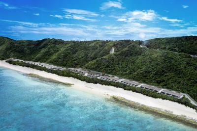 鮮やかなエメラルドの海と白い砂浜のビーチが目一杯広がる先に、当ホテルは立地しています