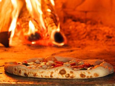 県外からのファンも多いスローフードなイタリアン。自慢の石窯で焼くピッツァやコース料理をご提供。