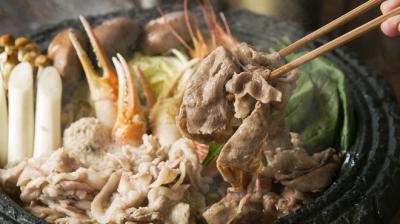 さまざまな素材の旨味が渾然一体となった、名物・石鍋料理の調理スキルを完全マスター。
