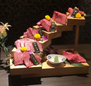 焼肉に割烹の要素を取り入れる、新感覚の焼肉ダイニングです。画像は名物の「花の階段盛り」