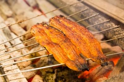 「うなぎ四代目菊川」は、大きなうなぎを丸ごと焼き上げる「一本うなぎ」が名物です