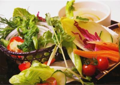 旬食材を用いた数々のお料理を提供しております。