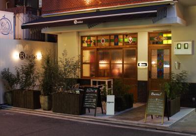 「長堀橋駅」より徒歩5分のお店です。通勤も便利ですよ。