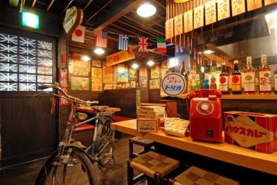 串焼きなどの居酒屋定番メニューから、昭和感が盛り上がる、揚げパンきな粉、ハムカツ、駄菓子なども人気。