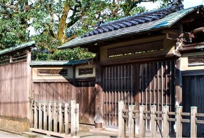 金沢市のゲストハウスでは、指定文化財にも選ばれる庭園の中でお二人をお迎えしています。