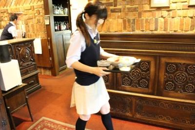 <土日祝のみ勤務は時給1,000円〜1,200円!>1日4h〜、週2日〜OK。英国調のクラブハウス内レストランでホールのアルバイト♪未経験者、大歓迎です!