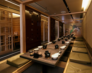 ゆっくりくつろいでお食事ができる「和・モダン」の落ち着いた空間を演出。