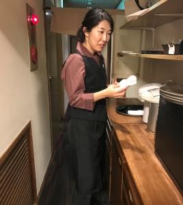 料理長は30代。ホールスタッフも30代が中心です。未経験からスタートしたスタッフも活躍中です!