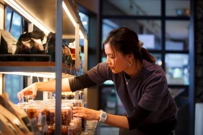 店内でのサービス業務から、売り上げ管理・マネジメント業務にいたるまで幅広くおまかせします。