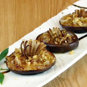 和洋中問わず組み合わせた創作料理や、旬の厳選食材を使った和食、丹精込めて焼き上げる炭火焼き等を提供。