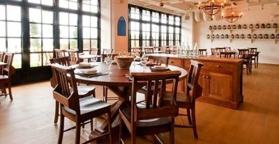 海と島々の景色を満喫できるリゾートホテル内レストランで料理長をお任せします。