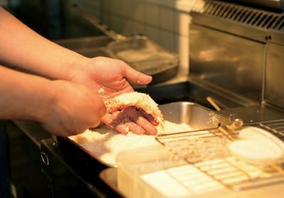 入社後、あなたにはキッチンにて食材の下ごしらえや焼き場での作業などの調理業務全般をおまかせします!
