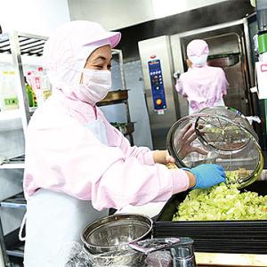 調理スタッフや先生たちと連携し、おいしい給食を届けてください。