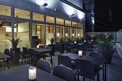 開放的なテラス席あり。サプライズを企画したりなど、お客様が喜ぶおもてなしを実践していってくださいね!