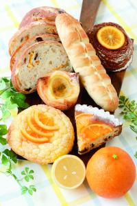 フランスパンなど定番の人気商品だけでなく、多彩なパンを商品開発(写真:レモン&オレンジフェア)