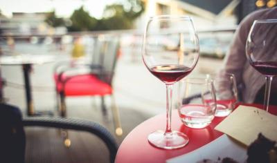 お店の要望を伺いながらソムリエが厳選したワインリストを、無料で飲食店に貸出しするサービスを展開。