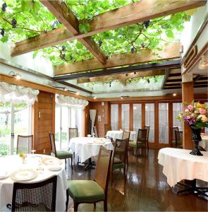 ぶどう園の中、スローライフを感じるレストランで活躍してみませんか?