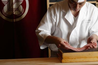 『鮨 かねさか』は、2008年よりミシュラン連続掲載を続ける江戸前鮨の名店。