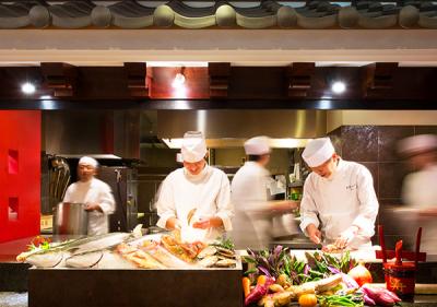 オープンキッチンでは、港直送の魚介や加賀野菜など山海の幸をふんだんに使い逸品へ。