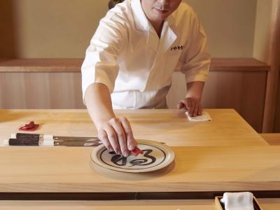 熟練の鮨職人による江戸前にぎりをご提供する店です。「また来たい」と思っていただけるようおもてなしを。