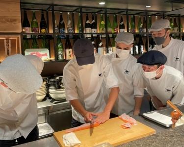 入社半年後には、海外勤務になるスタッフに和食の調理指導と店長業務をお願いします!