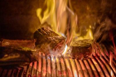 豪快でプリミティブな炭火焼で提供されるメインディッシュ